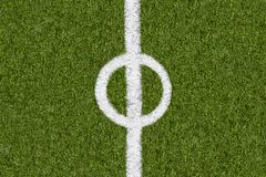 Weitere Grenzlinie auf grünem Gras des Sportfeldes Lizenzfreie Stockfotografie