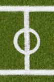 Weitere Grenzlinie auf grünem Gras des Sportfeldes Stockfoto