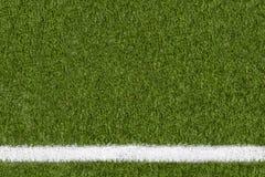 Weitere Grenzlinie auf grünem Gras des Sportfeldes Lizenzfreie Stockbilder