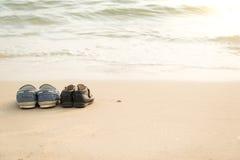 Weitere Schuhe und die Schuhe des Sohns auf thes beac Lizenzfreies Stockbild