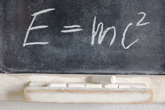 Weithin bekannte körperliche Formel geschrieben in Kreide auf die Tafel Lizenzfreie Stockbilder