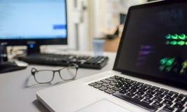 Weithin bekannter Luxuslaptop gesehen auf einem Schreibtisch in einem Serverraum Stockbild