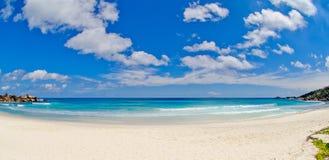 Weitwinkel vom großen Anse Strand in den Seychellen Stockfotografie