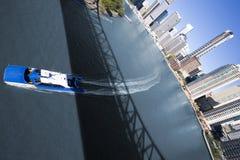 Weitwinkel von der Fähre, die unter Brücke überschreitet Stockfotos