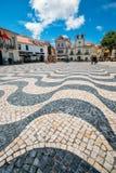 Weitwinkelabschluß oben von portugiesischen Fliesen bei Quadrat 5 de Outubro in der historischen Mitte von Cascais lizenzfreies stockbild