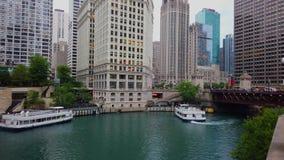 Weitwinkelansicht über Chicago River an im Stadtzentrum gelegenem - CHICAGO, USA - 12. JUNI 2019 stock footage