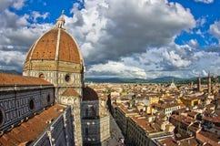 Weitwinkelansicht über eine Haube von Santa Maria del Fiore-Kathedrale in Florenz Stockbild