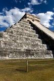 Weitwinkelansicht der Kukulkan Pyramide bei Cichen Itza lizenzfreie stockfotos