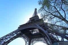 Weitwinkelansicht des Eiffelturms, Paris, Frankreich Lizenzfreie Stockbilder