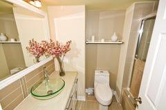 Weitwinkelansicht des modernen Badezimmers Lizenzfreie Stockfotografie