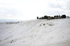 Weitwinkelansicht des Pamukkale-Baumwollschlosses, Denizli/die Türkei stockfotografie
