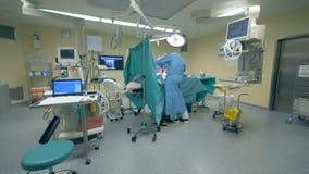 Weitwinkelansicht einer funktionierenden Einheit mit einer Chirurgie, die in ihr durchgeführt wird stock video footage