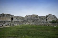 Weitwinkelansicht Frontial von alten Theaterruinen Miletus stockbilder