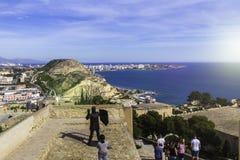 Weitwinkelansicht von Alicante, Spanien von Santa Barbara Castle Panoramablick der Stadt, des Hafens und der Hügel Zu besuchender lizenzfreies stockbild