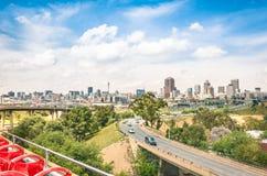 Weitwinkelansicht von Johannesburg-Skylinen von den Landstraßen Stockfotos