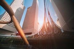 Weitwinkelansicht von Wolkenkratzern im modernen futuristischen Stadtzentrum stockbilder