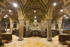 Weitwinkelfoto einer Krypta innerhalb der katholischen Kirche mit weichem lig Stockfoto