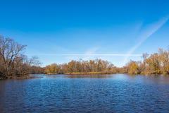 Weitwinkellandschaft von einer Insel im beträchtlichen St. Croix River mit Wisconsin auf der linken Küstenlinie und dem Minnesota stockbild