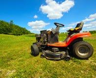 Weitwinkelmäher auf einem Bauernhof. Lizenzfreie Stockfotos