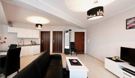 Eleganter moderner Wohnungsraum lizenzfreies stockfoto