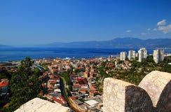Weitwinkelpanorama von sonnigem Rijeka mit adriatischem Meer Kroatien Stockbilder