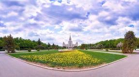Weitwinkelpanoramablick von den Frühlingsblumen, die im Campus der berühmten russischen Universität in Moskau unter drastischem H lizenzfreies stockfoto