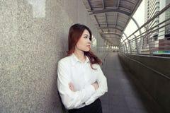 Weitwinkelschuß der jungen asiatischen Geschäftsfrau der Führung, die gegen städtischen Hintergrund überzeugt steht und schaut lizenzfreies stockfoto