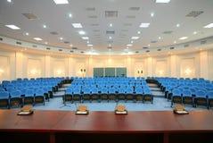 Weitwinkelschuß des leeren Konferenzsaals Lizenzfreie Stockfotos