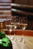 Weißweinflasche und -gläser auf Weintonne Stockbilder