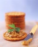 Weizen-Cracker mit Knoblauchverbreitung und parsely Stockfotografie