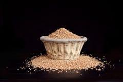 Weizen in einem Weidenkorb stockfotos