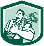 Weizen-Landwirt Looking Up Shield Retro- Lizenzfreie Stockfotos