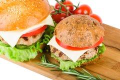 Weizen- und Roggenburger auf hölzernem Brett Stockfoto