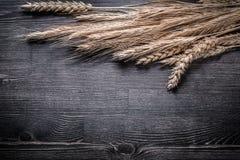 Weizen- und Roggenohren auf Draufsichtbild des hölzernen Brettes Stockfotos
