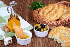 Weizenbrot, Oliven und Olivenöl Lizenzfreies Stockbild