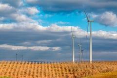 Weizenfeld mit Windkraftanlagen Stockbild