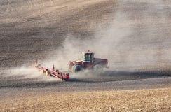 Weizenfeldbearbeitung Lizenzfreies Stockfoto
