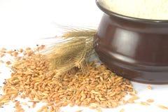 Weizengetreide und eine Schüssel füllten mit Mehl auf Stockfotos