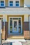 Wejściowy drzwi brandnew rodzinni domy miejscy na budowy ukończenia scenie zdjęcie stock