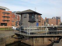 wejścia i kontroli budynek Leeds kędziorka bramy prowadzi clarence dokuje z otaczającymi budynkami mieszkaniowymi obrazy royalty free