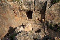 Wejście antyczni grobowowie królewiątka w Paphos Cypr Zdjęcia Stock