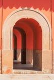 Wejście czerwony łękowaty korytarz w chińskiej bramie Zdjęcie Royalty Free