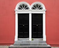 Wejście Czerwony budynek z kamieni krokami i parą Czarni drzwi z fan Transoms zdjęcie royalty free
