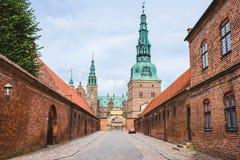 Wejście Frederiksborg kasztel w Kopenhaga Dani, Wrzesień, -, 24th, 2015 Czerwonej cegły fortecy ściana i zieleni miedziani spiels Zdjęcie Stock