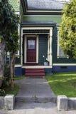 Wejście i ganeczek kolorowego wiktoriański piernikowy dom z drzewami - koronkowe zasłony w drzwiowym okno obrazy royalty free