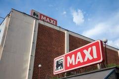 Wejście Maksi supermarket z swój logem Należący Belgijski grupowy Delhaize, Maksi supermarkety są liderem w Serbia obrazy royalty free
