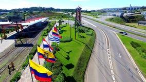 Wejście miasto Carlos Barbosa, Brazylia - Flagi, tory szynowi i ganeczek, zdjęcia royalty free
