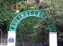 Wejście Moulin De Los angeles Galette jest wiatraczkiem lokalizować w sercu Montmartre, dokąd ono koronuje sławnego wzgórze w nor zdjęcie stock