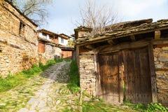Wejście nieociosany kamienia dom, Leshten, Bułgaria fotografia royalty free