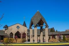 Wejście Nowożytny kościół Z Dzwonkowy wierza obraz stock